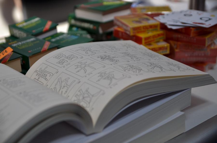 Sok nemzet képviseltette magát a kiállításon. A képen lévő könyv segítségével a kínai nyelvhez kerülhetünk közelebb.
