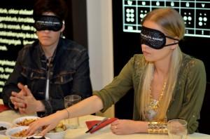Iszak Eszter és Vágó Piros bekötött szemmel próbálják megtapasztalni, milyen lehet egy étkezés a vakok számára