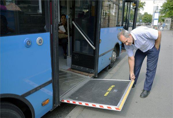 A sofőr lehajtja a magyar gyártású, alacsonypadlós midi autóbusz akadálymentesítést szolgáló rámpáját a Móricz Zsigmond körtéren 2013. június 2-án. A járművet -, amely az Infoparkban közlekedő 203-as autóbusz útvonalán, illetve hétvégén 27-esként a Gellérthegyen közlekedik, de a későbbiekben várhatóan a város más pontjain is feltűnik majd, - egy évre vette bérbe a BKV. MTI Fotó: Beliczay László
