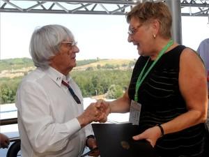 DownloadBernie Ecclestone, a Forma-1-es Konstruktőrök Szövetségének brit elnöke (b) és Németh Lászlóné nemzeti fejlesztési miniszter kezet fognak