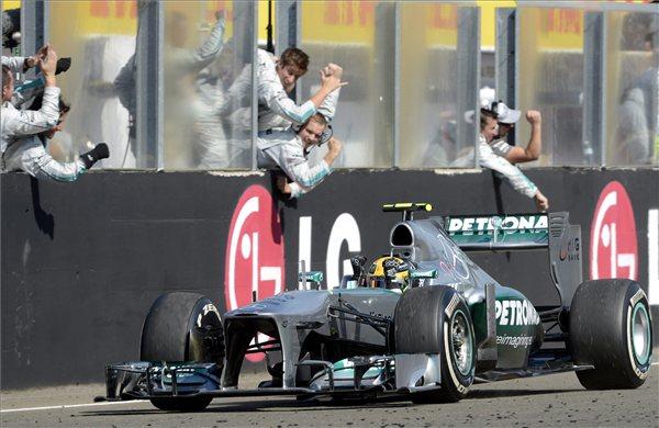 Lewis Hamilton, a Mercedes csapat brit versenyzője a célban a Forma-1-es Magyar Nagydíjon a mogyoródi Hungaroringen 2013. július 28-án. foto kovacs tamas