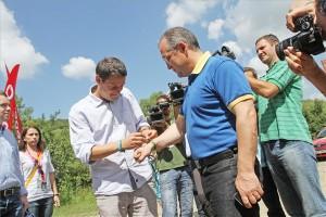 Bodor László fesztiváligazgató (b) felteszi a karszalagot Emil Boc kolozsvári polgármester, korábbi román miniszterelnökének kezére a Félsziget fesztiválon 2013. július 18-án, amelyet első ízben tartanak a Kolozsvár melletti Gorbó völgyében.
