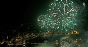 Budapest, 2013. augusztus 20. Ünnepi tűzijáték a Duna felett Budapesten 2013. augusztus 20-án. MTI Fotó: Lakatos Péter