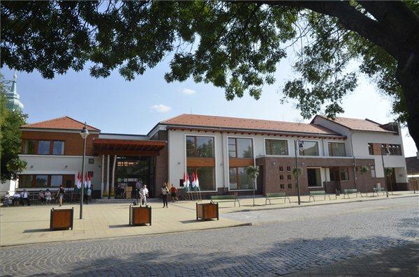 Az Abony Város Közösségi Háza - Komplex kulturális, oktatási, művészeti központ újonnan átadott épülete Abonyban 2013. augusztus 23-án. A multifunkcionális közösségi ház három fő épületegyüttesből - zeneiskola, könyvtár és művelődési ház - áll. A 750 milliós beruházás a Széchenyi terv keretében valósult meg. MTI Fotó: Mészáros János