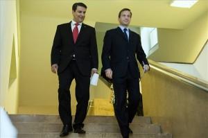 Budapest, 2013. augusztus 29. Mesterházy Attila MSZP-elnök (b) és Bajnai Gordon, az Együtt-PM szövetség vezetője (j) megbeszélésüket követően a sajtótájékoztatóra mennek a Képviselői Irodaházban 2013. augusztus 29-én. A kormányváltó szövetség létrejötteként értékelte a szocialista párt és az Együtt-PM vezetője a megkötött megállapodást. MTI Fotó: Koszticsák Szilárd