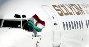 Magyar zászló az új magyar légitársaság, a Sólyom Hungarian Airways első, Boeing 737-500-as, HA-SHA lajstromjelű, Álmos vezér névre keresztelt repülőgépének pilótafülkéjében a budapesti Liszt Ferenc-repülőtér betonján 2013. augusztus 18-án.