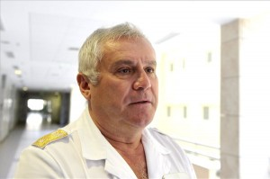 Budapest, 2013. augusztus 30. Zsiros Lajos ezredes, a Magyar Honvédség Egészségügyi Központjának orvosigazgatója tájékoztatást ad az MTI újságírójának az M5-ös autópályán kora reggel történt tömegbaleset náluk ellátott sérültjeinek állapotáról 2013. augusztus 30-án. A honvédkórházban ápolt négy sérült közül két nő továbbra is életveszélyes állapotban van. MTI Fotó: Kovács Attila