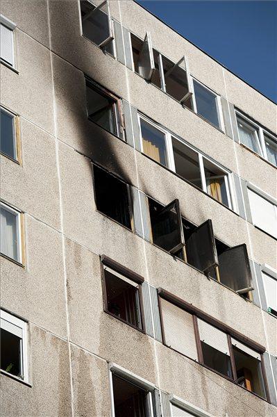 Egy tízemeletes panelház bekormozódott fala a XIV. kerületben, ahol a nyolcadik emeleten kiégett egy lakás tíz négyzetméteres szobája 2013. augusztus 6-án. Az ott lakó férfi a lángok elől kiugrott az ablakon, és szörnyethalt. MTI Fotó: Lakatos Péter