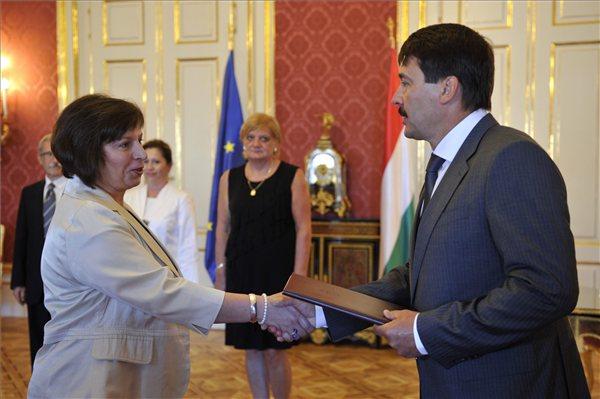 Áder János köztársasági elnök a Nemzeti Média- és Hírközlési Hatóság (NMHH) elnökévé nevezi ki Karas Monika Zsuzsannát a Sándor-palotában 2013. augusztus 19-én. MTI Fotó: Kovács Attila