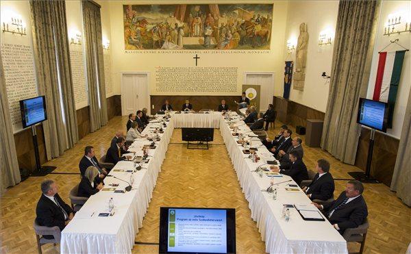A Szent István emlékév alkalmából tartott kihelyezett kormányülés a székesfehérvári városházán 2013. augusztus 19-én. MTI Fotó: Illyés Tibor