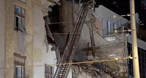 Tűzoltók dolgoznak Budapest III. kerületében a Pacsirtamező és Tímár utca sarkán lévő társasházban történt robbanás után keletkezett tűz oltásán 2013. augusztus 7-én. A robbanás következtében az épület harmadik szintje és a fölötte lévő tetőtér is leomlott. Az épületből 35 embert kellett kitelepíteni, egy sérültet kórházba szállítottak a mentők. MTI Fotó: Lakatos Péter