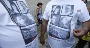 Az áldozatok fényképei a romák elleni, hat halálos áldozatot követelő fegyveres, Molotov-koktélos támadások elsőfokú tárgyalásának ítélethirdetésére várók pólóján a Budapest Környéki Törvényszék előtt 2013. augusztus 6-án. MTI Fotó: Szigetváry Zsolt