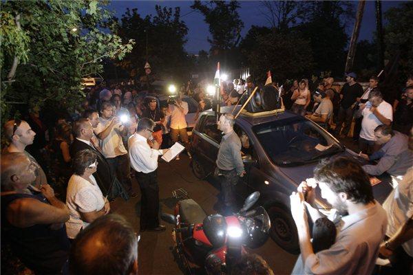 """Csoport gyászmenetnek nevezett, a devizahitelezés """"áldozatainak"""" emlékére rendezett demonstrációjának résztvevői a kormányfő budapesti otthona közelében, a XII. kerületi Cinege út és Csipke út sarkán 2013. augusztus 23-án. MTI Fotó: Szigetváry Zsolt"""