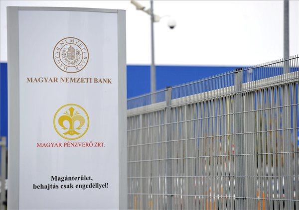 A Magyar Nemzeti Bank (MNB) új logója a Magyar Pénzverő Zrt. soroksári épülete előtt 2013. augusztus 21-én. Az új arculat szerint a jegybankot az 1924-es megalakulásakor használt, tölgyfa és olajfa ággal keretezett magyar címer megújított változata jelképezi a jövőben. MTI Fotó: Bruzák Noémi