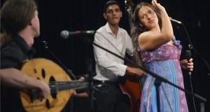 Palya Bea A legszebb te vagy című koncertje Budapesten, az Uránia Nemzeti Filmszínházban 2013.augusztus 26-án. Mellette Gerzson János (b) és Bodóczki Ernő (b2).