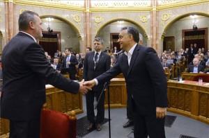Budapest, 2013. szeptember 16. Orbán Viktor miniszterelnök (j) gratulál Székely Lászlónak, az alapvető jogok megválasztott biztosának az Országgyűlés plenáris ülésén 2013. szeptember 16-án. A parlament titkos szavazáson, 266 igennel választotta meg Székelyt hat évre, aki szeptember 25-étől tölti be az ombudsmani tisztséget. Középen Kövér László, az Országgyűlés elnöke. MTI Fotó: Kovács Tamás