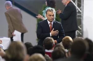 Budapest, 2013. szeptember 28. Orbán Viktor miniszterelnök meghajol a küldöttek előtt, miután újraválasztották a Fidesz elnökének a párt huszonötödik, tisztújító kongresszusán a Millenáris Parkban 2013. szeptember 28-án. MTI Fotó: Koszticsák Szilárd