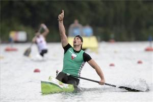 A győztes Vajda Attila ünnepel a célban a férfi kenu egyes 1000 méteres verseny döntőjében Duisburgban, a kajak-kenu világbajnokságon 2013. augusztus 31-én.