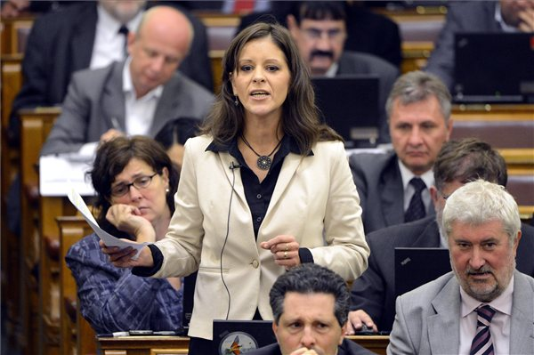 Szél Bernadett, a Lehet Más a Politika képviselője szólal fel napirend előtt az Országgyűlés plenáris ülésén 2013. szeptember 23-án. MTI Fotó: Kovács Tamás