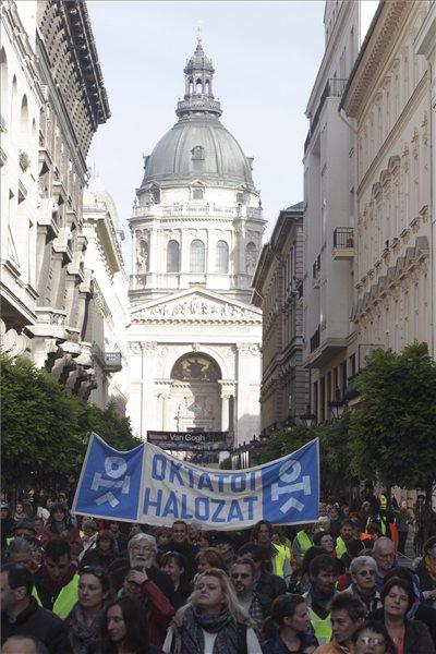 A Hívatlanul Facebook-csoport Őszi nagytakarítás az oktatásban! címmel a pedagógusok világnapján megrendezett demonstrációjának résztvevői vonulnak a Szent István-bazilika előtti Zrínyi utcában 2013. október 5-én. A tüntetéshez a Pedagógusok Demokratikus Szakszervezete, a Hallgatói Hálózat, a Középiskolások Hálózata, a Szülői Hálózat, az Európai Szülők Egyesülete, a Hálózat a Tanszabadságért, az Oktatói Hálózat, a Magyartanárok Egyesülete, a Történelemtanárok Egylete és a Humán Platform is csatlakozott. MTI Fotó: Szigetváry Zsolt
