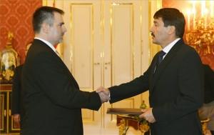 Áder János köztársasági elnök (j) a Magyar Nemzeti Bank (MNB) alelnökévé nevezi ki Windisch Lászlót a Sándor-palotában 2013. október 1-jén. MTI Fotó: Illyés Tibor