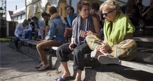 """Csapó Virág színész, a Kaposvári Egyetem tanára (j) egy diákkal beszélget azon a strandpapucsos demonstrácíón, amelyet az egyetem művészeti karának udvarán tartottak 2013. október 7-én. Az oktatási intézmény több hallgatója így tiltakozott az egyetem rektorának október 1-jétől érvényes """"irányadó öltözködési szabályokról"""" szóló utasítása ellen. Ez kiterjed az egyetem minden dolgozójára és hallgatójára, azt az esetet kivéve, amikor valaki munka- vagy védőruhát visel. Külön szabályok vonatkoznak az oktatókra és a hallgatókra, megkülönböztetve a férfiak és a nők számára a hétköznapokon, illetve a vizsgákon, hivatalos rendezvényeken ajánlatos viseletet. MTI Fotó: Varga György"""