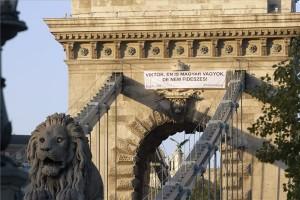 """Az Együtt-PM szövetség """"Viktor, én is magyar vagyok, de nem fideszes!"""" feliratú molinója a Lánchíd pesti pilonján 2013. október 31-én. MTI Fotó: Szigetváry Zsolt"""