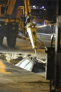 Munkagép Budapesten, a VIII. kerületi Karácsony Sándor utcában, ahol egy vélhetően csőtörés miatt keletkezett gödörbe esett egy személygépkocsi 2013. november 18-án. MTI Fotó: Mihádák Zoltán