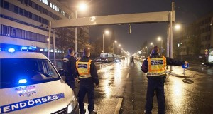 Rendőrök zárják az Üllői út belvárosba vezető oldalát a Heim Pál Gyermekkórháznál az Orczy parkban talált több mint 100 kilogrammos betonromboló gránát miatt 2013. november 21-én. MTI Fotó: Lakatos Péter