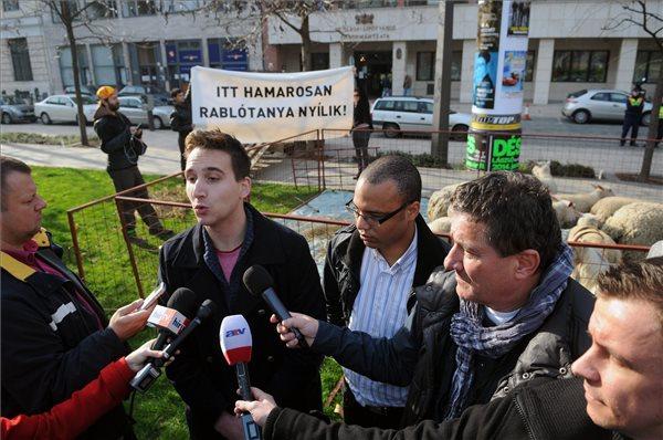 Barabás Richárd (b2) és Simándi Szelim (b3), az Együtt-PM szövetség politikusai sajtótájékoztatót tartanak Igazi belvárosi tanya címmel az V. kerületi önkormányzat épülete előtt 2013. november 16-án. MTI Fotó: Honéczy Barnabás