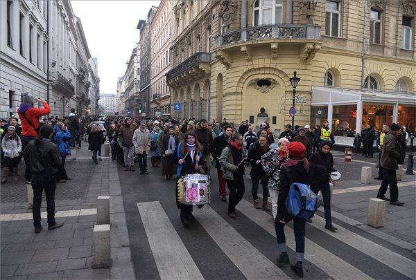 A Horváth András volt adóhivatali dolgozó melletti szimpátiatüntetés résztvevői vonulnak a budapesti Nádor utcában 2013. december 28-án. MTI Fotó: Bruzák Noémi