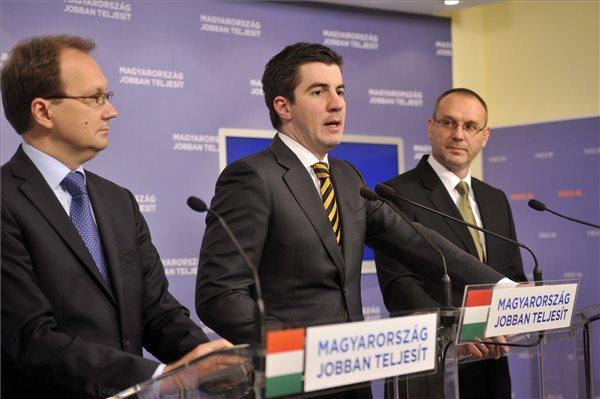 Kocsis Máté, a Fidesz kommunikációs igazgatója (k), valamint Hoppál Péter (b) és Zsigó Róbert (j), a párt szóvivői évzáró sajtótájékoztatót tartanak a Képviselői Irodaházban 2013. december 30-án. Sikeres év volt az idei, a magyar emberek nem érezhetik feleslegesnek erőfeszítéseiket - összegezte évzáró sajtótájékoztatóján a kormányzat idei, illetve a 2010-es kormányváltás óta elért eredményeit a Fidesz kommunikációs igazgatója. MTI Fotó: Kovács Attila