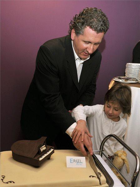 Ókovács Szilveszter, a Magyar Állami Operaház főigazgatója kislányával felvágja a születésnapi tortát az Erkel Színház megnyitásának 102. évfordulóján rendezett ünnepségen 2013. december 7-én. MTI Fotó: Kovács Attila