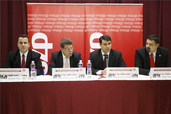 Zalaegerszeg, 2013. december 10. Mesterházy Attila, a Magyar Szocialista Párt elnöke bemutatja Brunner Tibort (b), az MSZP keszthelyi és Major Gábort (j), a szocialisták zalaegerszegi országgyűlési képviselőjelöltjét a párt zalaegerszegi sajtótájékoztatóján 2013. december 10-én. Mellette Fodor Csaba az MSZP megyei elnöke (b2). MTI Fotó: Varga György