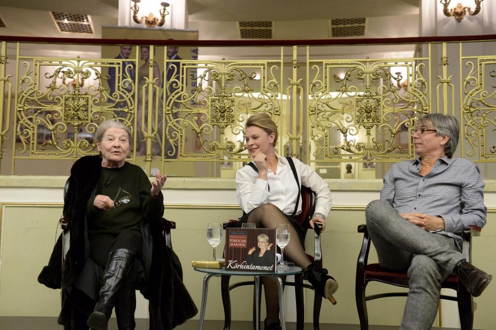 Budapest, 2013. december 6. Törõcsik Mari, a nemzet színésze, Hegyi Barbara színmûvész (k) és Szabó G. László, a Körhintamenet címû könyv szerzõje a kötet bemutatóján a budapesti Vígszínházban 2013. december 6-án. A Beszédes könyv Törõcsik Mariról alcímmel megjelent könyvet a pozsonyi Kalligram Kiadó adta ki. MTI Fotó: Soós Lajos