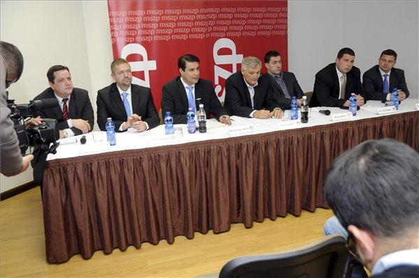 Mesterházy Attila, a Magyar Szocialista Párt (MSZP) elnöke (b3) és Kónya Péter, az Együtt-PM társelnöke (j3) bemutatja a két szervezet jelöltjeit a Pécsett tartott sajtótájékoztatón 2013. december 3-án. Pécsett a szocialista Szakács László (b) és Tóth Bertalan (b2), Mohácson Olt Gergely (j2), Szigetváron Berkecz Balázs (j), az Együtt-PM politikusai indulnak a 2014-es országgyűlési képviselőválasztáson. Középen Puch László, az MSZP Baranya megyei elnöke . MTI Fotó: Lendvai Péter