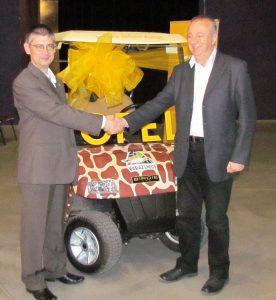 Az elektromos kisautót Koncz Gábor, az Opel Magyarország ügyvezető igazgatója adta át Dr. Persányi Miklósnak, a Fővárosi Állat- és Növénykert főigazgatójának
