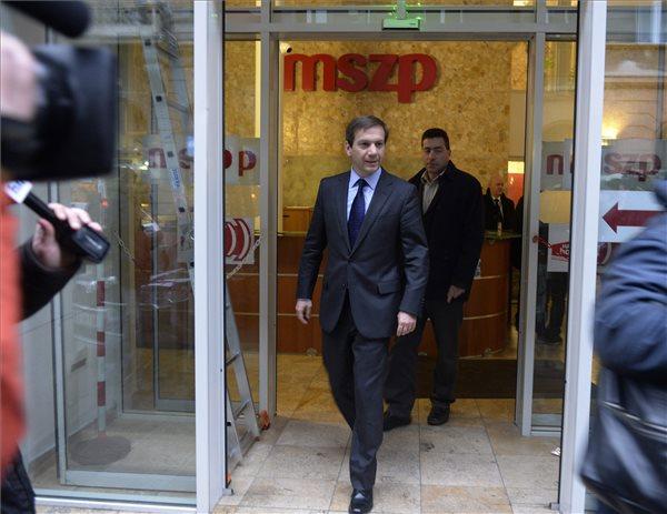 Bajnai Gordon, az Együtt-PM szövetség vezetője (k) és Kónya Péter, a Magyar Szolidaritás Mozgalom elnöke, az Együtt-PM társelnöke (hátul) távoznak a Magyar Szocialista Párt (MSZP) elnökével, Mesterházy Attilával folytatott találkozójukról az MSZP VI. kerületi, Jókai utcai székházából 2014. január 7-én. MTI Fotó: Bruzák Noémi