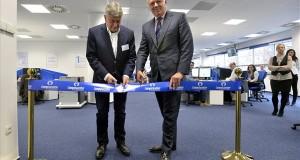 Berényi János, a Nemzeti Külgazdasági Hivatal (HITA) elnöke (b) és Mike Norris, a Computacenter vezérigazgatója ünnepélyesen átadja az informatikai szolgáltatásokkal foglalkozó brit cég nemzetközi ügyfélszolgálati irodáját a budapesti Haller Garden irodaházban 2014. január 14-én. MTI Fotó: Máthé Zoltán