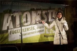 Szél Bernadett, az LMP társelnöke beszél a tervezett paksi erőműbővítés ellen rendezett LMP-s tüntetésen a budapesti József Nádor téren 2014. január 25-én. MTI Fotó: Kallos Bea