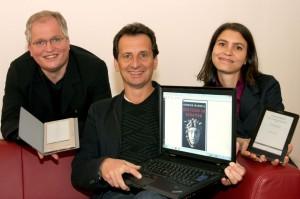 A fotón Markus Feigl, a Büchereien Wien igazgatója, Christian Oxonitsch városi tanácsnok valamint Katharina M. Bergmayr, a Büchereien Wien online részlegének munkatársa látható. Copyright: Votava / PID
