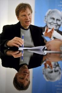 Fodor Gábor, a Magyar Liberális Párt (MLP) elnöke interjút ad az MTI újságírójának a párt budapesti irodájában 2014. január 20-án. A háttérben Göncz Árpád korábbi köztársasági elnök képe látható egy plakáton. MTI Fotó: Kovács Attila