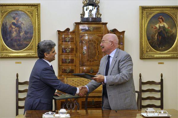 Farkas Flórián, az Országos Roma Önkormányzat (ORÖ) elnöke (b) és Martonyi János külügyminiszter kezet fog az együttműködési megállapodás aláírása után a Külügyminisztériumban 2014. január 9-én. MTI Fotó: Kovács Attila