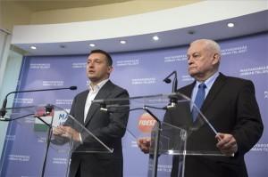 Rogán Antal, a Fidesz (b) és Harrach Péter, a KDNP frakcióvezetője (j) sajtótájékoztatót tart a két párt, balatonszárszói közös frakcióülése után, a Képviselői Irodaházban 2014. január 25-én. Háromlépcsős idei rezsicsökkentési javaslatról döntött a Fidesz-KDNP: a gáz ára április 1-jétől 6,5 százalékkal, az áram ára szeptember 1-jétől 5,7 százalékkal, a távhő ára pedig október 1-jétől 3,3 százalékkal csökken. MTI Fotó: Koszticsák Szilárd