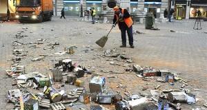 Fővárosi Közterület-fenntartó Zrt. (FKF) dolgozói takarítanak a szilveszteri ünneplés után a belvárosi Vörösmarty téren 2014. január 1-jén. MTI Fotó: Czimbal Gyula