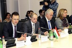 A Miniszterelnökség által közreadott képen Szijjártó Péter, a Miniszterelnökség külügyi és külgazdasági államtitkára, a magyar-azerbajdzsáni gazdasági vegyes bizottság magyar társelnöke (b) a bizottság ülésén Bakuban 2014. január 28-án. Mellette Budai Gyula, a Vidékfejlesztési Minisztérium (VM) parlamenti államtitkára (b2). MTI Fotó: Miniszterelnökség