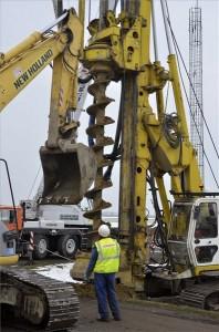 Törökszentmiklós, 2014. február 6. Szakemberek próbacölöpök elhelyezésén dolgoznak talajfúró munkagéppel a 4-es főút mellett, az épülő M4-es autópálya területén, Törökszentmiklós határában 2014. február 6-án. Megkezdődött az M4-es autópálya építése Abony és Fegyvernek között. A 111 milliárd forintból mintegy 30 kilométer hosszon kezdődő kivitelezés mellett az autópálya további részének előkészítését is folytatja a kormány. MTI Fotó: Mészáros János