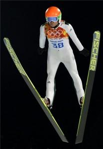 Krasznaja Poljana, 2014. február 10. A szlovén Jernej Damjan ugrik a férfi síugrók normálsáncon rendezett versenyén a szocsi téli olimpián Krasznaja Poljanában 2014. február 9-én. MTI Fotó: Illyés Tibor
