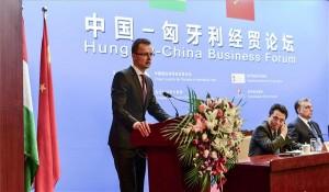 Peking, 2014. február 12. A Miniszterelnöki Sajtóiroda által közreadott képen Szijjártó Péter, a Miniszterelnökség külügyi és külgazdasági államtitkára (b) beszédet mond a Kínai Nemzetközi Kereskedelemfejlesztési Tanács (CCPIT) pekingi székházában tartott kínai-magyar üzleti fórumon 2014. február 12-én. Jobbról Orbán Viktor miniszterelnök. MTI Fotó: Miniszterelnöki Sajtóiroda/Burger Barna