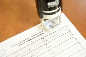 Pecséttel hitelesítik a 2014-es országgyűlési képviselők választásához készült nemzetiségi lista ajánlóívét a Nemzeti Választási Irodában 2014. február 14-én. MTI Fotó: Koszticsák Szilárd